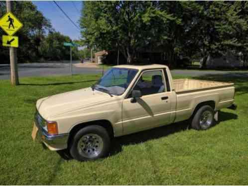 toyota hilux 1987 pickup california truck has air needs charging i got. Black Bedroom Furniture Sets. Home Design Ideas